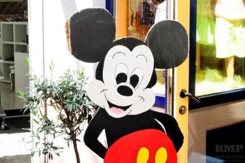 Mickey Mouse als Werbeschild für einen Laden