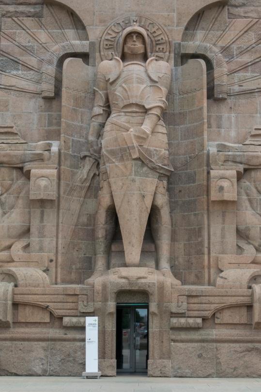 Das Völkerschlachtdenkmal (Erzengel Michael über dem Eingang)