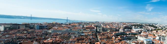 Panorama mit Altstadt und Bucht vom Castelo de S. Jorge gesehen