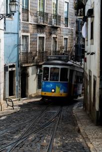 Tram in den engen STrassen der Altstadt