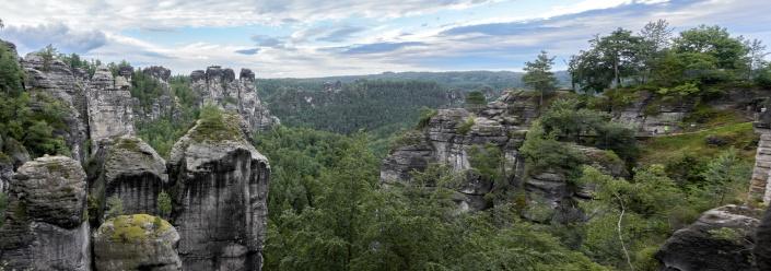 rechts die Bastei inmitten der Sandsteinfelsen
