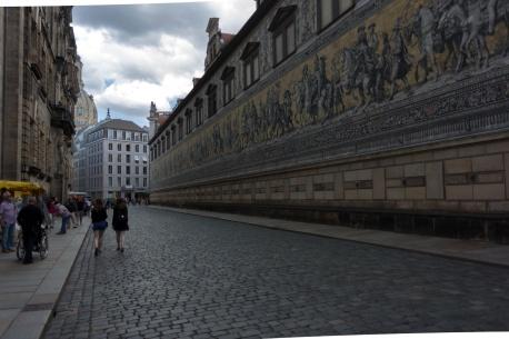 Das Fürstenzugbild (aus Meissener Porzellanfliesen) an der Augustusstrasse in Dresden