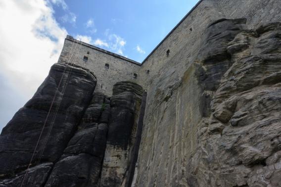 Die Festung liegt auf einem hohen Fels