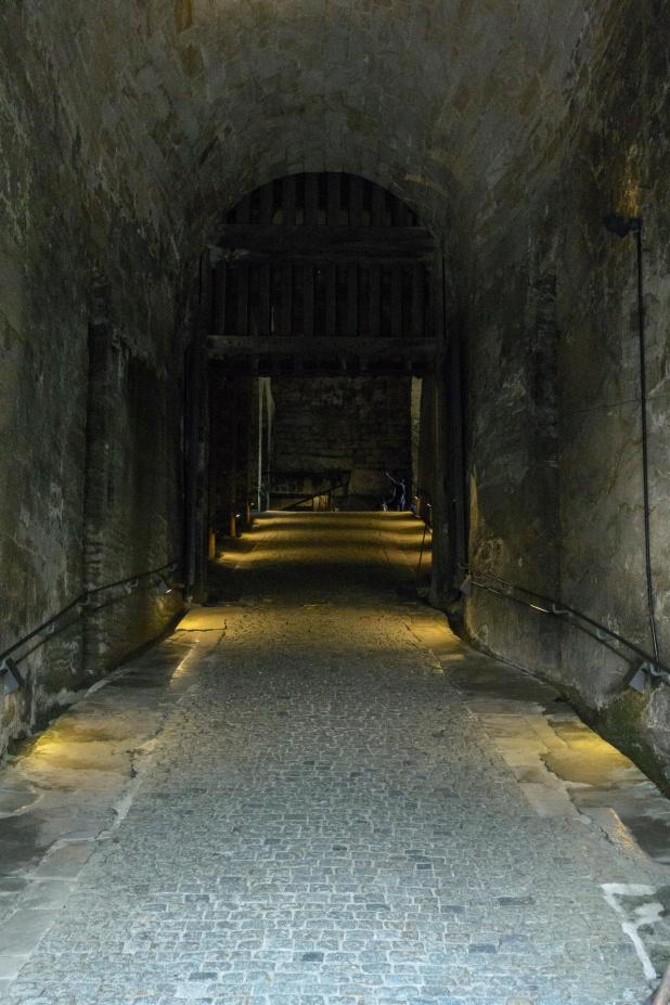 Nach dem Eingangsportal geht es hinaus ins Innere der Festung
