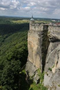 Zinne auf einem Felsvorsprung