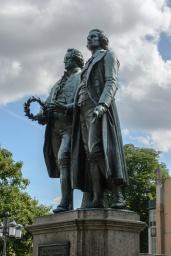 Goethe und Schiller Denkmal vor dem Deutschen Nationaltheater und Staatskapelle Weimar