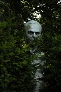 Büste im Gebüsch