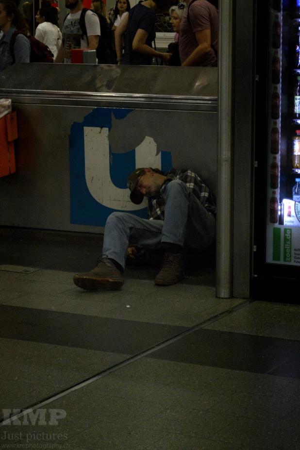 Betrunkener im Bahnhof