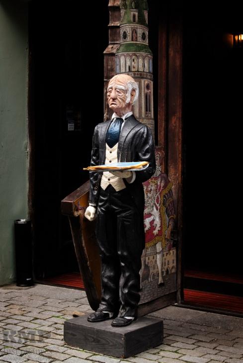 Statue vor einem Restaurant