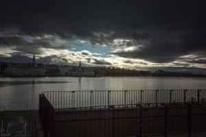 Düstere Stimmung am See von Reykjavik nach einem Wolkenbruch