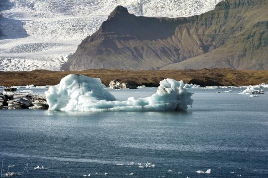 Treibende Eisberge in der Lagune