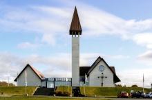 """Die neue Kirche von Reykholt, unter der sich das """"Sagazentrum"""" befindet"""