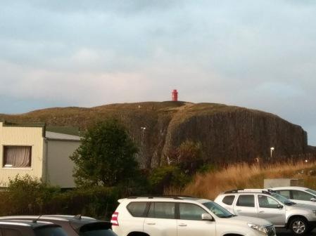 Der Leuchtturm auf der Halbinsel vor dem Hafen von Stykkishólmur
