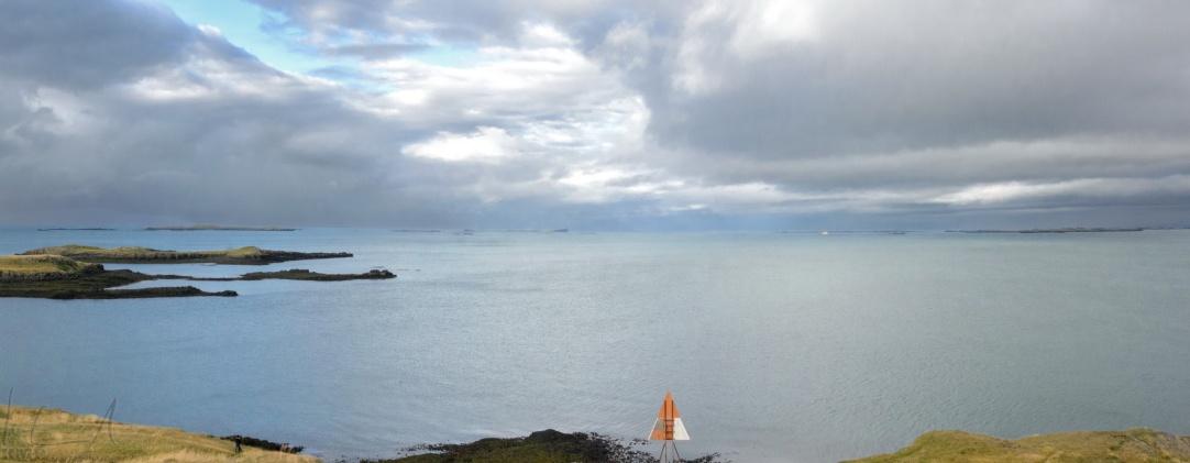 Blick auf das Meer von der Halbinsel vor dem Hafen von Stykkishólmur