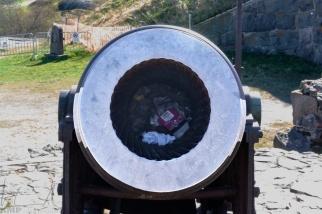 Kein Abfalleimer, eine alte Kanone
