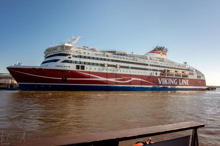 Sehr grosse Fähre im Hafen von Helsinki