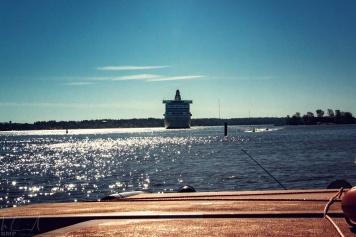 Ein Kreuzfahrtschiff fährt ein