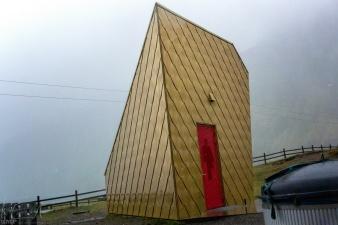 Toilettenhäuschen am Strand von Ersfjord