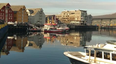 Hafen von Tromsø in der Abendsonne um 21:00