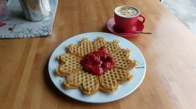 norwegische Waffeln mit Erdbeerkompott und Cappccino