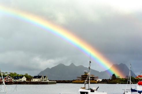 Regenbogen über dem Hafen von Svolvær
