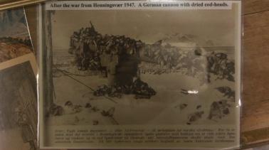 Kriegsmuseum: nach der deutschen Kapitulation wird alles zum Trocknen von Fisch benutzt, auch Kanonen