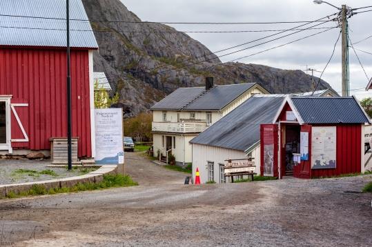 Dorfeingang mit Kassenhäuschen --> Eintritt 75 norwegische Kronen