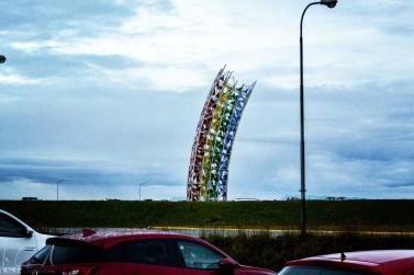 Skulptur auf dem Parkplatz vor dem Flughafen