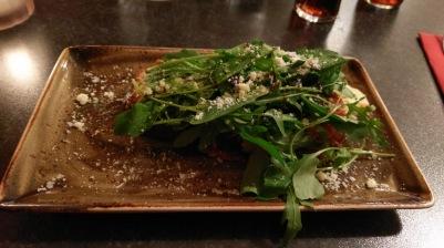 Bruschetta mit Tomaten und Mozarella, wenn man den Löwenzahn beiseite schiebt