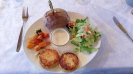 Vegimenü im Hunkubakkar: Kartoffelpuffer mit Baked Potatoe , Gemüse und Salat