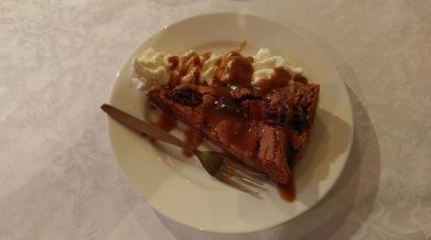 Dessert im Hunkubakkar: Apfelkuchen mit Wahlnüssen, Caramel und Schlagsahne