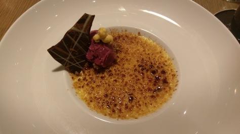 Creme Brulee mit Passionsfruchtsorbet zum Dessert