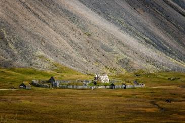 Filmkulisse für ein Vikingerdorf unter dem Vestrahorn
