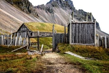 """Der Eingang zur Filmkulisse """"Vikingerdorf"""""""