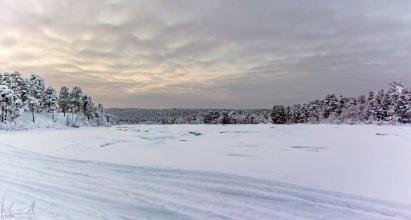 der zugefrorene Fluss Juutuanjoki hinter dem Hotel Kultahovi