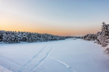 Der zugefrorene Fluss Juutuanjoki bei Inari