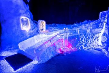 Eine eisige Rutschbahn in der Magic Ice Bar in Svolvaer