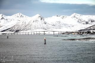 Der schmale Kanal und die Brücke bei Risøyhamn