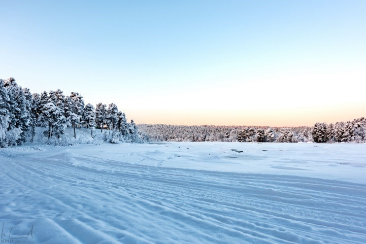 Der zugefrorene Fluss Juutuanjoki