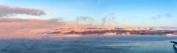 Bei Lufttemperatur von -22 Grad Celsius dampft auch 4 Grad kaltes Meerwasser in Hafen von Kirkenes