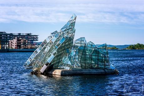 """""""She lies"""" -Skulptur der italienischen Künstlerin Monica Bonvicini"""