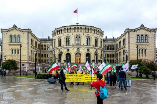 Demo von Exil-Iranern vor dem Norwegischen Parlament Stortinget