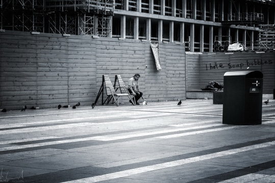 Obdachloser vor dem Bahnhof
