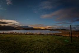Nachtaufnahme beim Ensku húsin - Blick Richtung Borgarnes