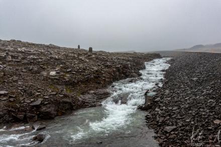 Bach auf der Kleifaheiði-Passhöhe