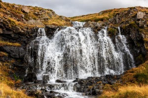 Wasserfall in der Nähe des Sudur-Bár Guesthouse, Grundarfjörður